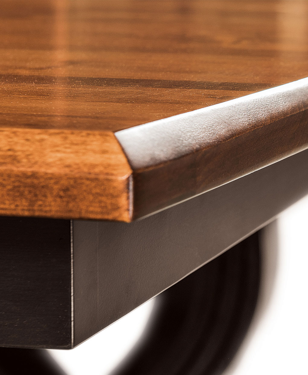 Saratoga Amish Treslte Table [Corner Detail]